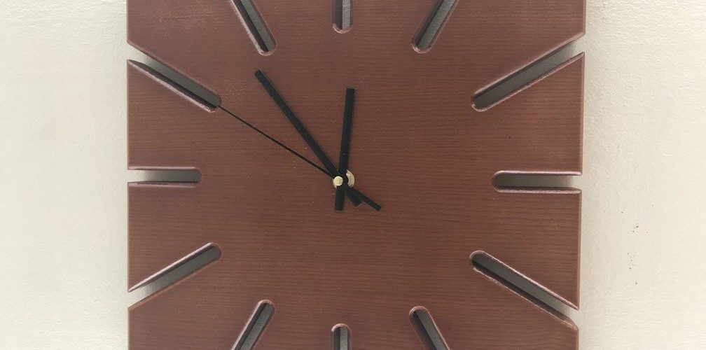 Массивные часы для коллег
